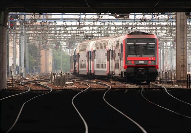 Un des rares trains à circuler le 07 octobre sur le réseau Ile-de-France part de la gare de Montparnasse à Paris, lors de la grève du 07 octobre sur l'ensemble du réseau SNCF en banlieue parisienne.</p> <p> [JOEL SAGET / AFP/Archives]