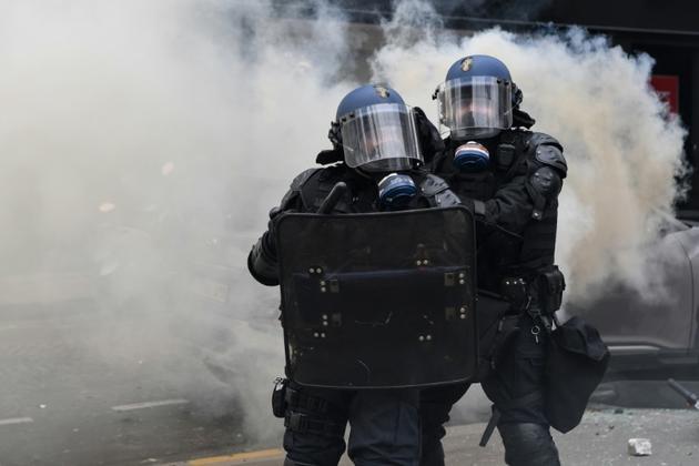 """Des policiers lors d'une manifestation des """"gilets jaunes"""" sur les Champs-Elysees à Paris le 16 mars 2019 [Alain JOCARD / AFP/Archives]"""