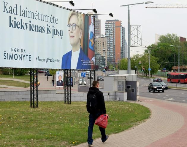 Affiche électorale de la candidate à la présidentielle Ingrida Simonyte, le 11 mai 2019 à Vilnius [Petras Malukas / AFP]
