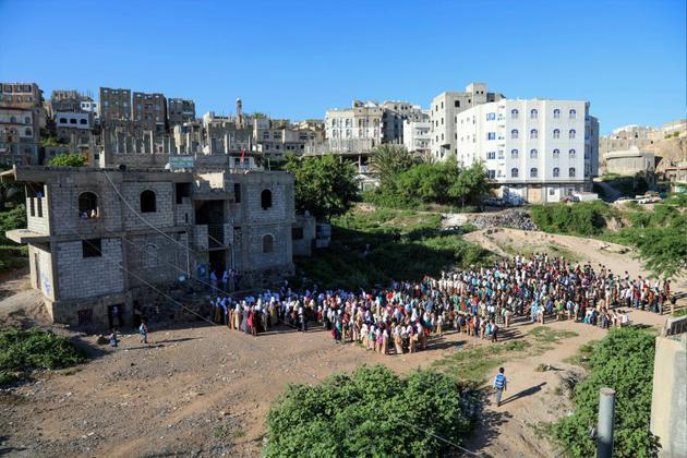 Des enfants yéménites rassemblés devant une maison transformée en école à Taëz, dans le sud-ouest du pays, le 3 octobre 2018 [Ahmad AL-BASHA / AFP]