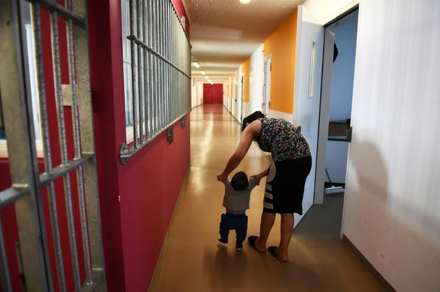 Une mère avec son bébé à la prison des Baumettes, le 17 avril 2018 à Marseille [ANNE-CHRISTINE POUJOULAT / AFP]