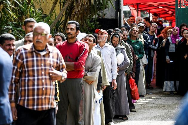 Des Egyptiens font la queue devant un bureau de vote lors du référendum devant prolonger le mandat du président Sissi, le 20 avril 2019 dans le quartier de Shoubra au Caire [Khaled DESOUKI / AFP]