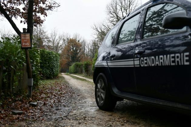 Les gendarmes fouillent une propriété d'une ex-femme de Michel Fourniret àClairefontaine-en-Yvelines le 28 novembre 2018 dans le cadre de la disparition d'Estelle Mouzin  [Philippe LOPEZ / AFP]