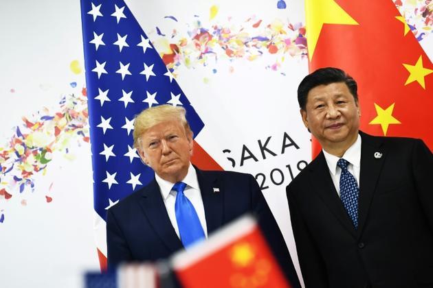 Le président américain Donald Trump (à gauche) et son homologue chinois Xi Jinping se rencontrent pour une réunion bilatérale à l'occasion du sommet du G20 le 29 juin 2019 à Osaka. [Brendan Smialowski / AFP/Archives]