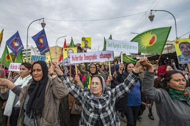 Des Syriens kurdes manifestant contre Ankara, à Qamichli, dans le nord-est de la Syrie, le 2 novembre 2019 [Delil SOULEIMAN / AFP]