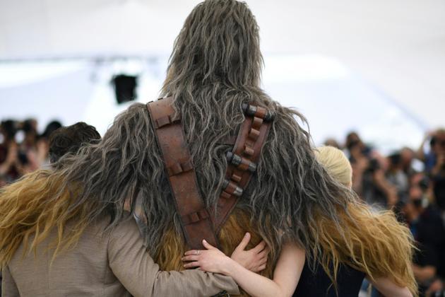 Chewbacca entouré de l'actrice britannique Emilia Clarke (g) et de l'acteur américain Alden Ehrenreich, à Cannes le 15 mai 2018 [Loic VENANCE / AFP/Archives]