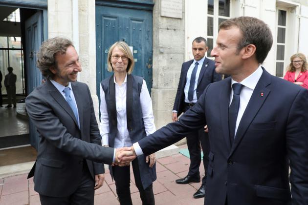 Stephane Bern salue le président Emmanuel Macron, après la visite de la maison de l'écrivain Pierre Loti à Rochefort, le 14 juin 2018, en compagnie de la ministre de la Culture Françoise Nyssen [LUDOVIC MARIN / POOL/AFP/Archives]