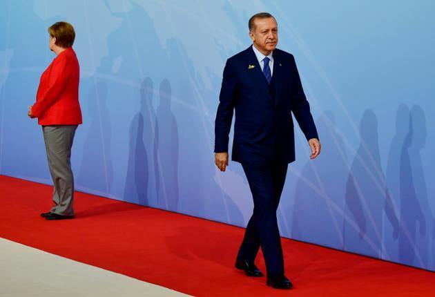La chancelière allemande Angela Merkel accueille le président turc Recep Tayyip Erdogan à son arrivée au sommet du G20 à Hambourg, le 7 juillet 2017 [Tobias SCHWARZ / AFP]