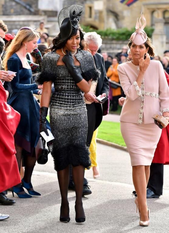 Le mannequin Naomi Campbell (g) arrive au mariage de la princesse Eugenie et de Jack Brooksbank à la chapelle St George à Windsor, le 12 octobre 2018 [Matt Crossick / POOL/AFP]