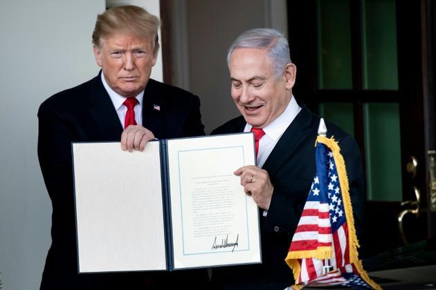 Donald Trump et Benjamin Netanyahu après la signature d'un décret américain reconnaissant la souveraineté d'Israël sur le plateau du Golan, le 25 mars 2019 à la Maison Blanche [Brendan Smialowski / AFP]