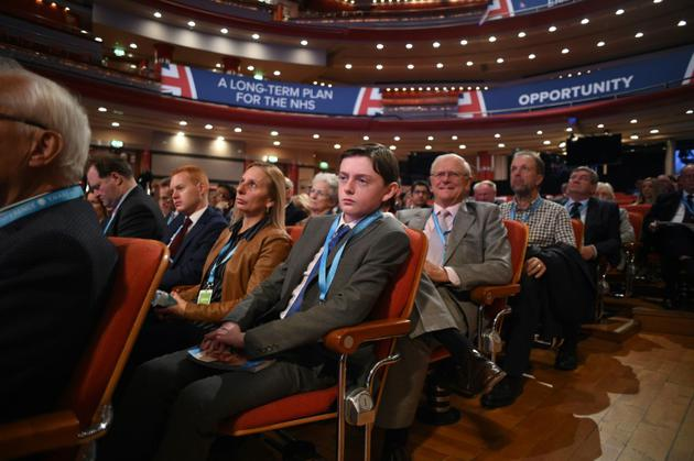 Des délégués au congrès du parti conservateur britannique écoutent un débat, à Birmingham le 2 octobre 2018 [Oli SCARFF                           / AFP]