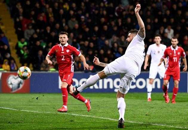 Olivier Giroud (d) marque du bout du pied son 34e but en équipe de France face à la Moldavie, en qualif pour l'Euro-2020, le 22 mars 2019 à Chisinau [FRANCK FIFE / AFP]