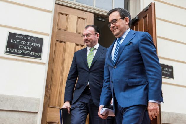 Le ministre des affaires étrangères mexicain Luis Videgaray (à gauche) et le ministre mexicain de l'Economie Ildefonso Guajardo à Washington DC le 22 août 2018 [Eric BARADAT / AFP]