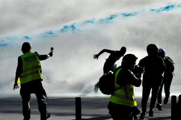 """La police utilise des canons à eau pour disperser une manifestation de """"gilets jaunes"""", le 23 mars 2019 à Bordeaux [GEORGES GOBET / AFP/Archives]"""
