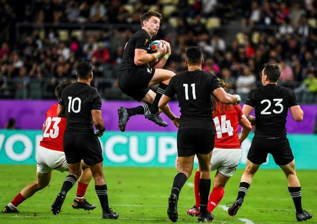 L'arrière des All Blacks Beauden Barrett (c) s'empare du ballon face Canadiens au Mondial, le 2 octobre 2019 à Oita  [GABRIEL BOUYS                      / AFP/Archives]