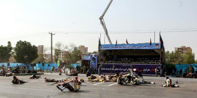Photo de soldats blessés lors d'une attaque à Ahvaz, dans le sud-ouest de l'Iran, le 22 septembre 2018 [Alireza MOHAMMADI / ISNA/AFP]