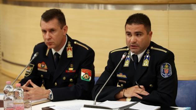 Le colonel de police hongrois Adrian Pal (à droite) et le haut gradé des pompiers Zsolt Gabor Palotai tiennent une conférence de presse le 30 mai 2019 au QG de la police à Budapest après le naufrage meurtrier d'un bateau sur le Danube. [FERENC ISZA / AFP]