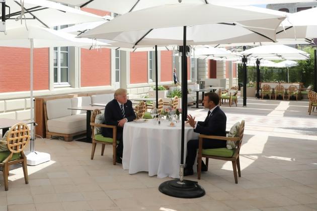 Le président Emmanuel Macron et son homologue américain Donald Trump lors d'un déjeuner à l'Hôtel du Palais, le 24 août 2019 à Biarritz [ludovic MARIN / POOL/AFP]