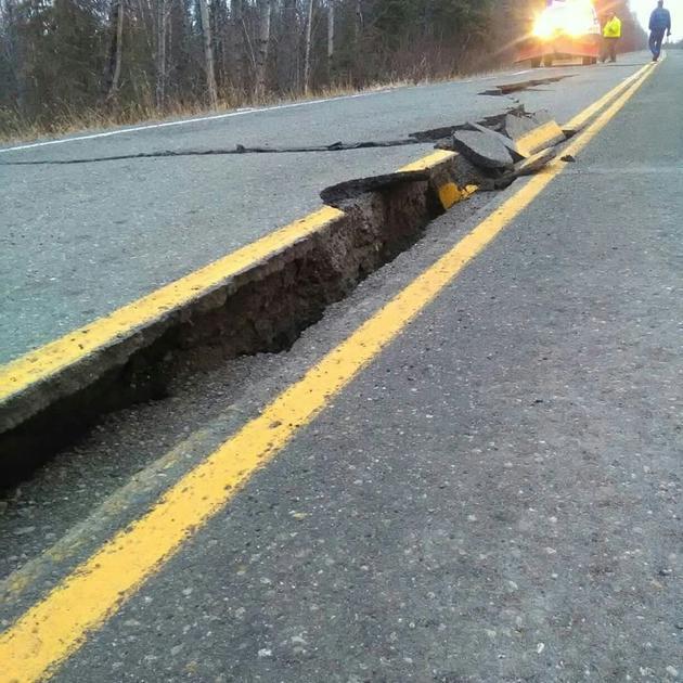 Une route fissurée à Kenai après un tremblement de terre en Alaska, le 30 novembre 2018  [Caroline Huber / Caroline Huber/AFP]