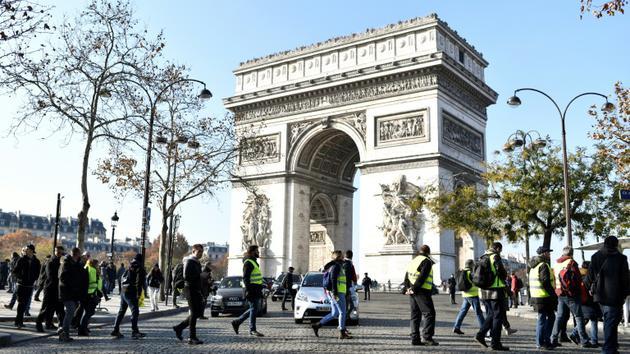 """Des """"gilets jaunes"""" bloquent les rues autour de l'Arc de Triomphe, le 17 novembre 2018 à Paris [STEPHANE DE SAKUTIN / AFP]"""