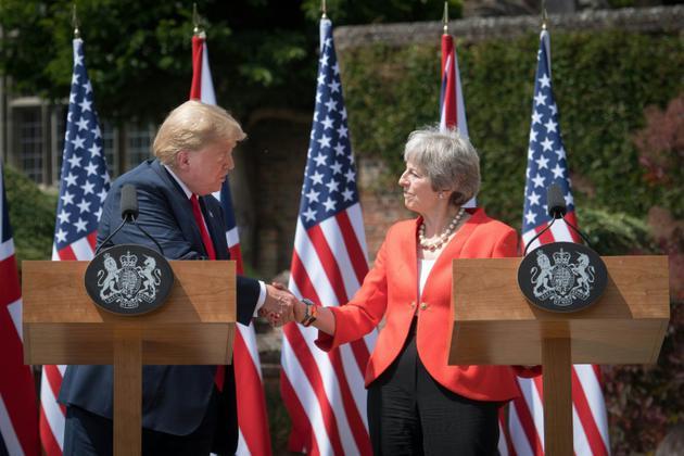 Le président américain Donald Trump et la Première ministre britannique Theresa May se serrent la main à l'issue d'une conférence de presse, le 13 juillet 2018 à Chequers, près d'Ellesborough, au nord-ouest de Londres [Stefan Rousseau / POOL/AFP]