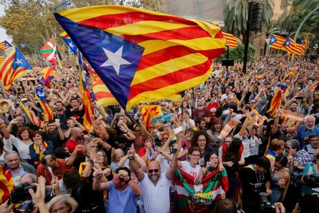 Des séparatistes catalans expriment leur joie après l'éphémère déclaration d'indépendance par le parlement régional, le 27 octobre 2019 [PAU BARRENA / AFP/Archives]