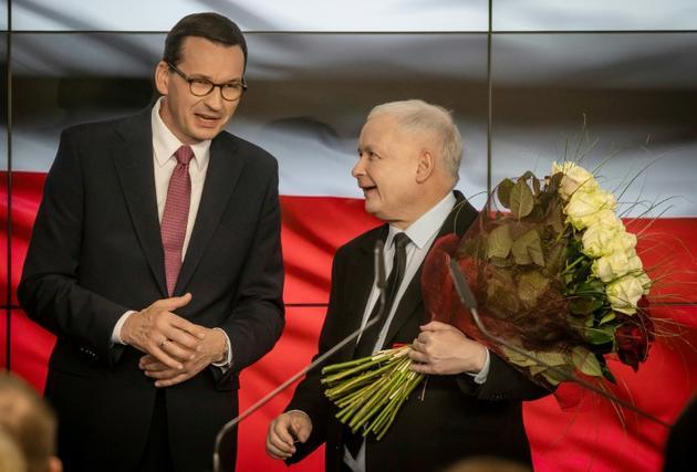 Le chef de file du parti Droit et Justice (PiS) de Jaroslaw Kaczynski (D) et le Premier ministre polonais Mateusz Morawiecki (G), le 13 octobre 2019 à Varsovie<br />  [Wojtek RADWANSKI / AFP]