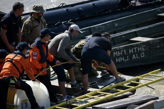 Experts hongrois et sud-coréens lors des opérations de recherche des survivants de la collision entre un bateau de croisière et une embarcation de touristes sur le Danube à Budapest, le 1er juin 2019 [FERENC ISZA / AFP]