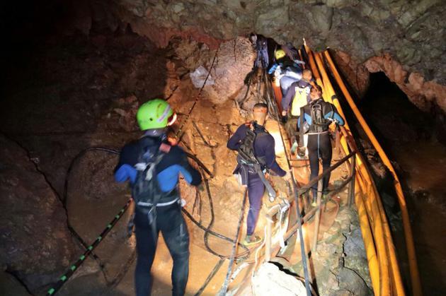 Un groupe de plongeurs de la marine thaïlandaise progresse dans la grotte où étaient prisonniers les 12 enfants et leur entraîneur, le 7 juillet 2018. AFP PHOTO / ROYAL THAI NAVY [Handout / ROYAL THAI NAVY/AFP/Archives]