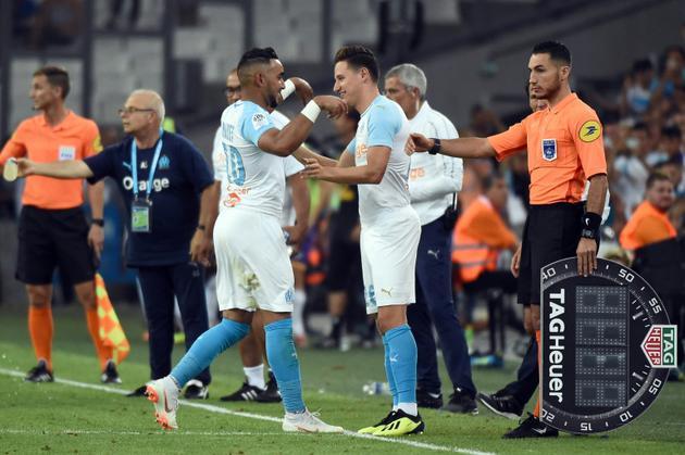 Le milieu de terrain offensif de l'OM Dimitri Payet remplacé par Florian Thauvin lors du match contre Toulouse, le 10 août 2018 à Marseille [Boris HORVAT / AFP]
