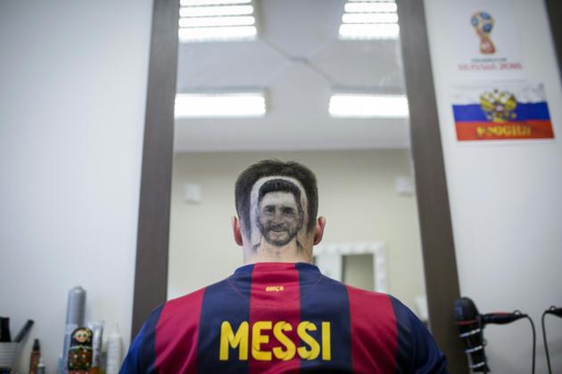 Un supporteur avec un tatouage capillaire à l'effigie de Leo Messi à Novi Sad, en Serbie, le 10 juin 2018 [VLADIMIR ZIVOJINOVIC / AFP]