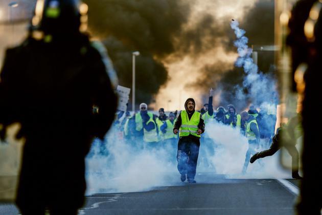 Des manifestants dispersés à coups de gaz lacrymogène par les gendarmes à Caen, le 18 novembre 2018 [CHARLY TRIBALLEAU / AFP]