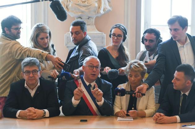 Le maire de Belfort Damien Meslot s'exprime en présence de Jean-Luc Mélenchon au cours d'une conférence de presse après une rencontre avec l'intersyndicale de GE à Belfort, le 22 juin 2019  [SEBASTIEN BOZON / AFP]