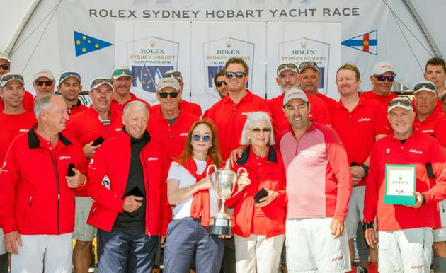 Mark Richards, le skipper de Wild Oats XI, et ses équipiers, posent avec le trophée après avoir remporté Sydney-Hobart, le 28 décembre 2018 à Hobart  [Handout / ROLEX/AFP/Archives]