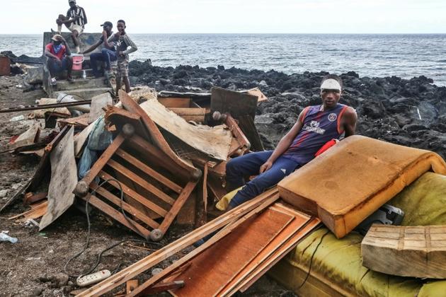 Des habitants de  Fumbuni, à 56 km au sud de la capitale des Comores, Moroni, le 27 avril 2019, après le passage du cyclone Kenneth [Ibrahim YOUSSOUF / AFP]