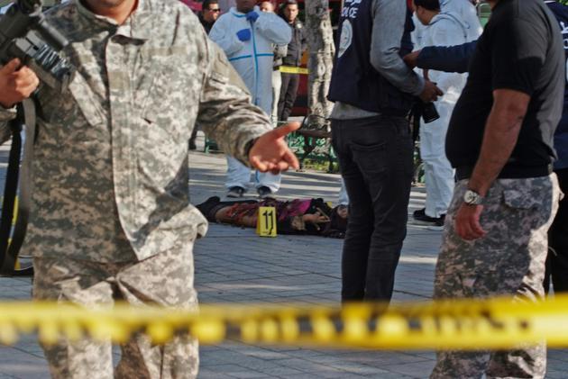 Une kamikaze s'est fait exploser près de véhicules de police dans le centre de Tunis, le 29 octobre 2018 [STRINGER / AFP]