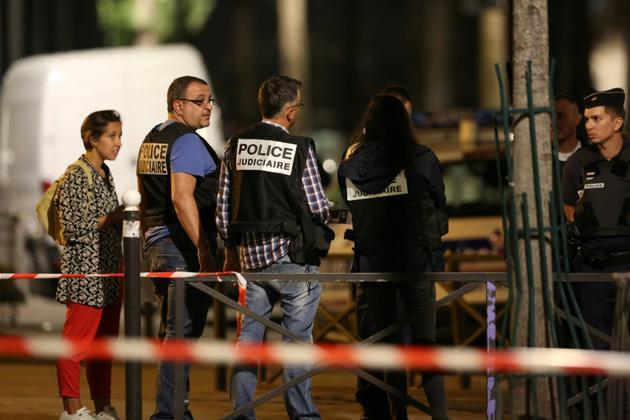 Enquêteurs de la police française après l'agression à l'arme blanche qui a fait sept blessés, dont quatre grièvement, dimanche 9 septembre 2018 à Paris. [Zakaria ABDELKAFI / AFP]
