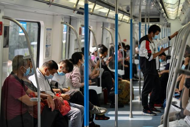 Des passagers du métro de Wuhan le 28 septembre 2020 [Hector RETAMAL / AFP]
