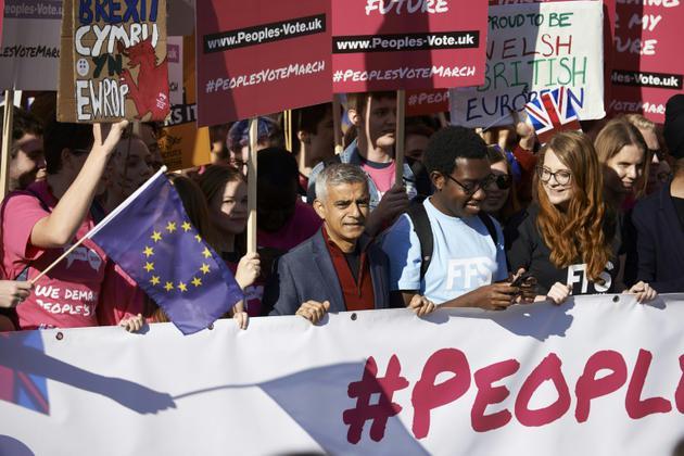 Le maire de Londres Sadiq Khan se joint aux manifestants réclamant un second vote sur le Brexit, à Londres, le 20 octobre 2018 [NIKLAS HALLE'N / AFP]