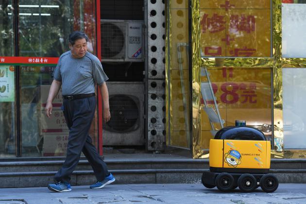 Un robot de livraison Zhen sur le chemin d'un supermarché au cours d'une démonstration, le 28 juin 2018 à Pékin [GREG BAKER / AFP/Archives]
