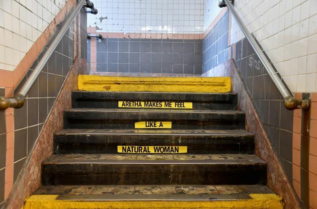Hommage appuyé à Aretha Franklin à la station de métro new-yorkaise Franklin Street, le 16 août 2018  [Angela Weiss / AFP]