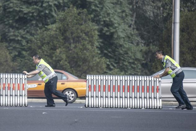 Installation de barrières à Pékin pour réserver une voie d'autoroute en prévision de la visite en Chine du dirigeant nord-coréen Kim Jong Un, le 19 juin 2018 [FRED DUFOUR / AFP]