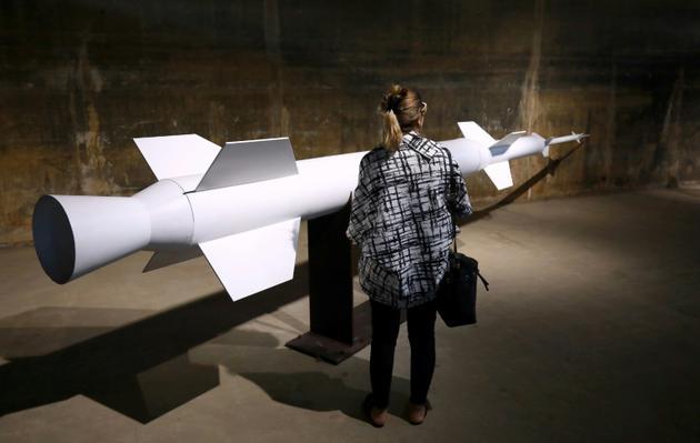 """Un visiteur devant une réplique de la fusée """"Cèdre"""" à Tripoli, le 3 octobre 2018 [ANWAR AMRO / AFP]"""