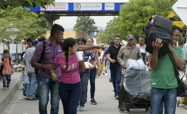 Des personnes traversent le pont Simon Bolivar à Cucuta (Colombie), à la frontière avec le Venezuela, le 9 février 2019 [Raul ARBOLEDA / AFP]
