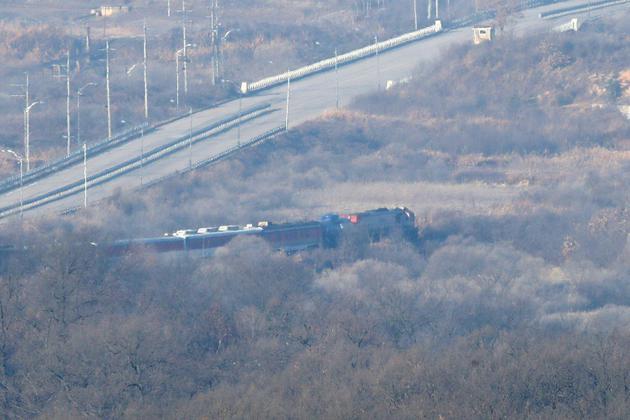 Un train transporte des experts sud-coréens pour étudier la possible reconnexion des réseaux ferrés des deux pays, le 30 novembre 2018 dans la zone démilitarisée séparant les deux Corées [Chung Sung-Jun / POOL/AFP]
