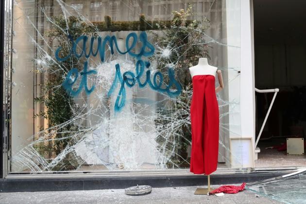 Une vitrine d'un magasin vandalisé sur les Champs-Elysées à Paris le 16 mars 2019 [Zakaria ABDELKAFI / AFP]
