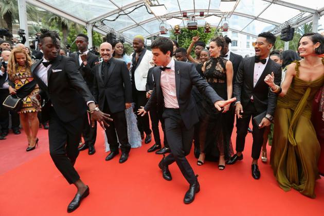 """Le réalisateur Gaspar Noe et l'équipe d'acteur de son film """"Climax"""", à Cannes 14 mai 2018 [Valery HACHE / AFP/Archives]"""