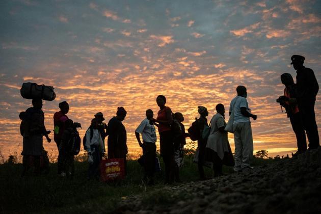 """Des passagers du """"train de la liberté"""" attendent l'arrivée du train près de Bulawayo, le 29 janvier 2019 au Zimbabwe [Zinyange Auntony / AFP]"""