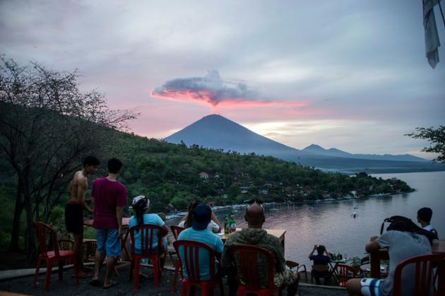 Des touristes observent l'éruption du Volcan Agung, à Bali le 30 novembre 2017. [JUNI KRISWANTO / AFP/Archives]