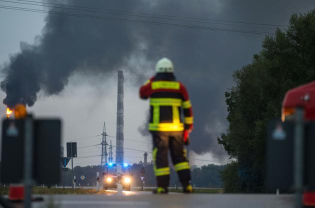 Environ 200 pompiers sont mobilisés pour éteindre l'incendie provoqué par une explosition dans une raffinerie près d'Ingolstadt, le 1er septembre 2018. [Lino Mirgeler / dpa/AFP]
